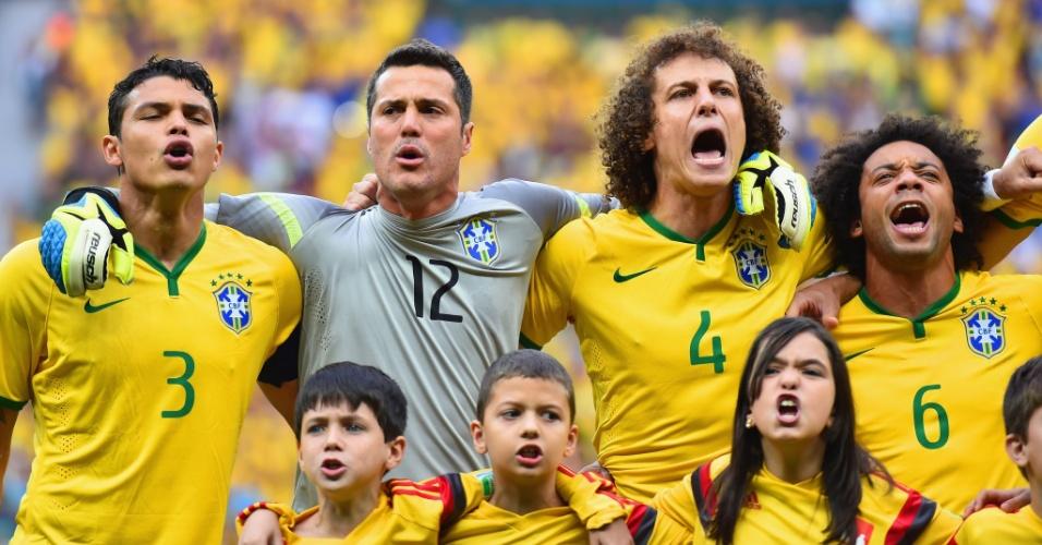 Cena que chamou a atenção dos jogadores, com Giovanna Guedes cantando o hino junto com David Luiz e Marcelo