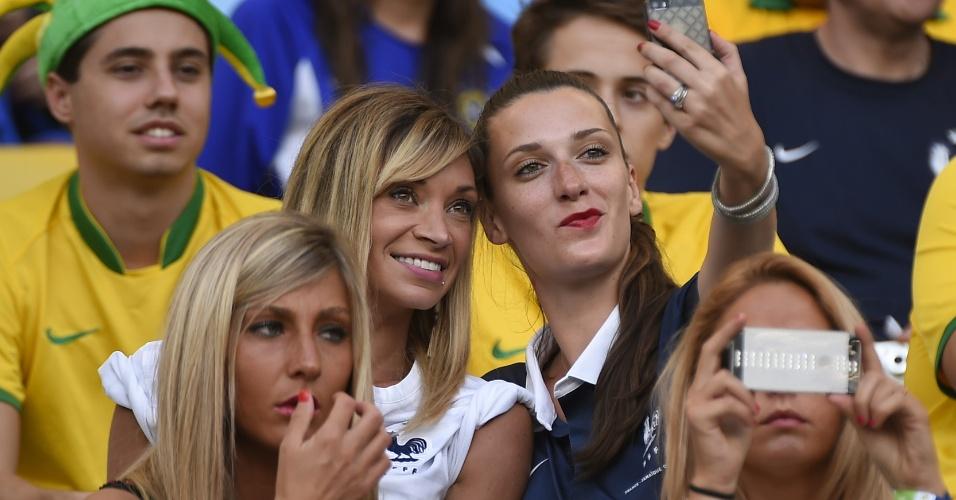 Fiona Cabaye (à esq.), mulher do jogador francês Yohan Cabaye, tira foto nas arquibancadas do Maracanã durante jogo contra o Equador