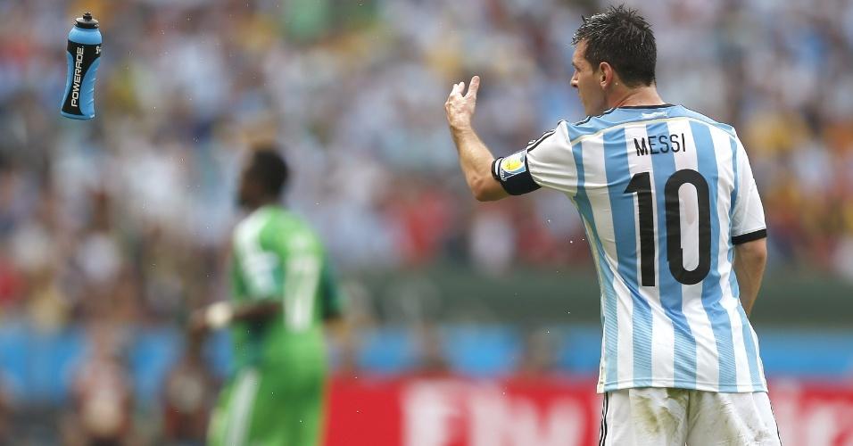 Lionel Messi arremessa garrafa de isotônico durante partida contra a Nigéria, em Porto Alegre