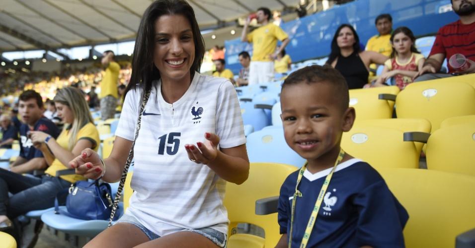 Ludivine Sagna, mulher do jogador francês Sagna, brinca o filho do casal Bacary