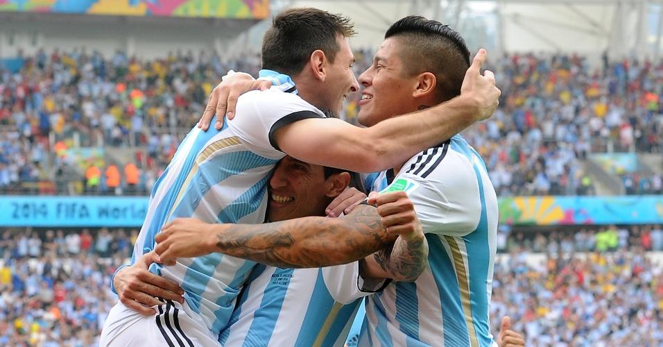 Messi celebra segundo gol sobre a Nigéria, marcado em cobrança de falta, no Beira-Rio