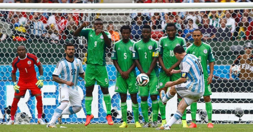 Messi cobra falta e marca o segundo gol da Argentina contra a Nigéria, em Porto Alegre