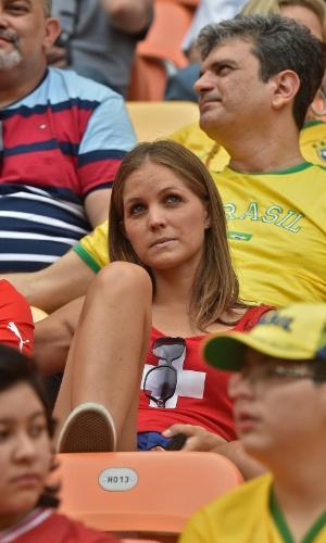 Torcedora da Suíça assiste ao jogo contra Honduras na Arena Amazônia, em Manaus