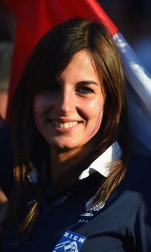 Torcedora francesa assiste ao jogo contra o Equador no Maracanã