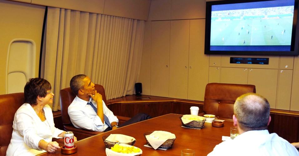 26. jun. 2014 - Presidente dos EUA Barack Obama assiste à partida entre EUA e Alemanha nesta quinta-feira a bordo de avião Air Force One para Minnesota (EUA)