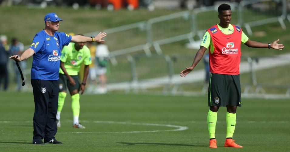 26.jun.2014 - Ao lado de Jô, Felipão orienta o posicionamento dentro de campo dos jogadores da seleção durante treino