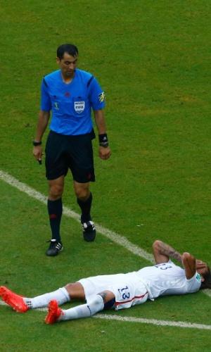 26.jun.2014 - Árbitro Ravshan Irmatov, do Uzbequistão, observa o meia americano Jermaine Jones no chão em partida contra a Alemanha