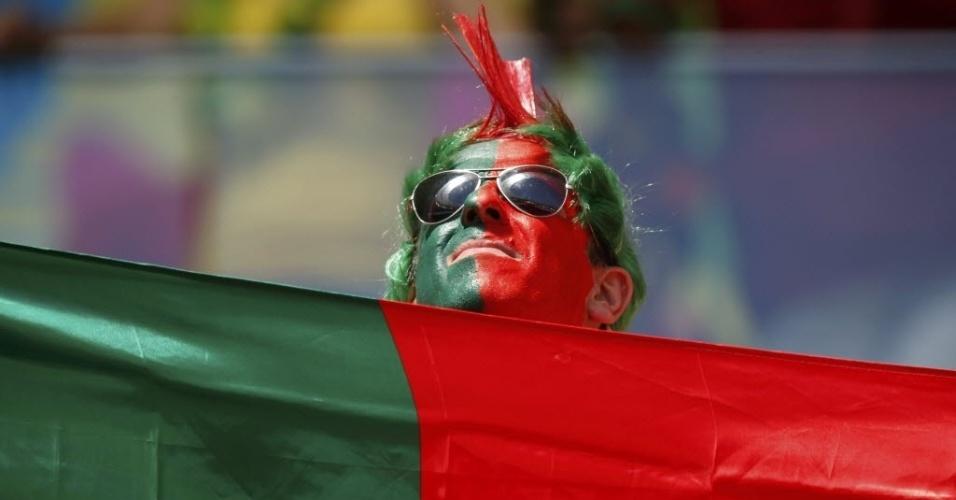 Com rosto pintado, torcedor português fica 'camuflado' na bandeira de seu país (26.jun.2014)