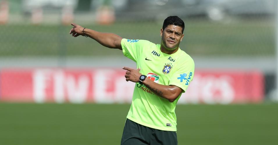 26.jun.2014 - Hulk indica jogada durante coletivo da seleção brasileira em treino na Granja Comary, em Teresópolis