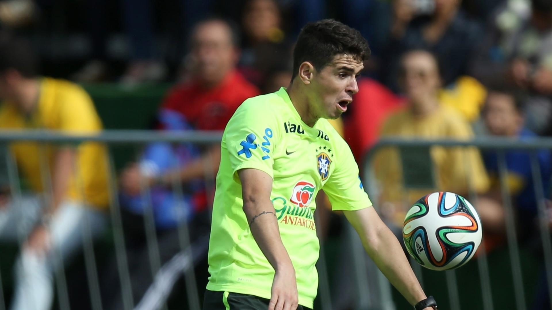 26.jun.2014 - Meia Oscar domina a bola no peito durante coletivo da seleção brasileira em treino na Granja Comary