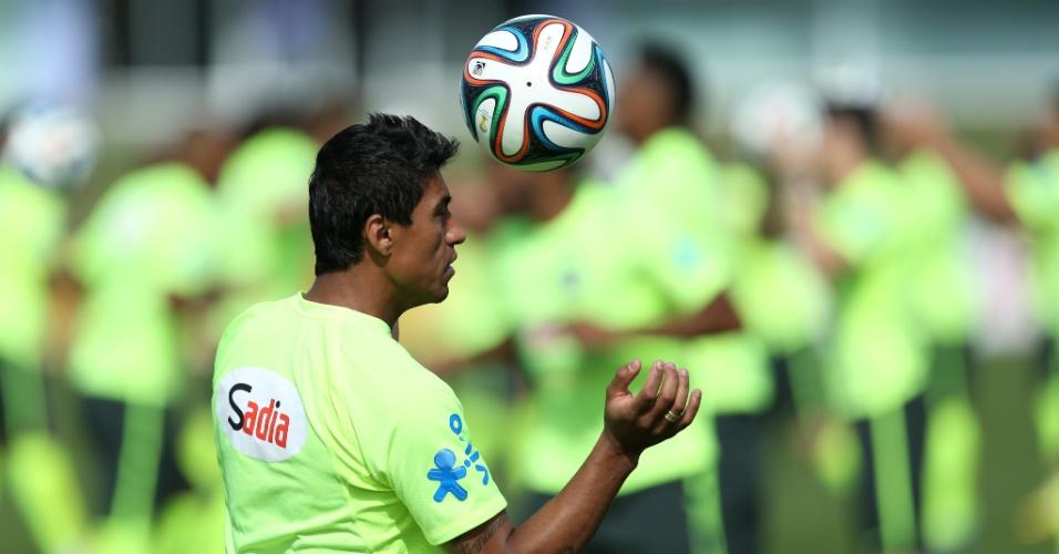 26.jun.2014 - Paulinho participa de atividade com bola no último treino da seleção brasileira antes da viagem a Belo Horizonte, onde o Brasil enfrenta o Chile pelas oitavas
