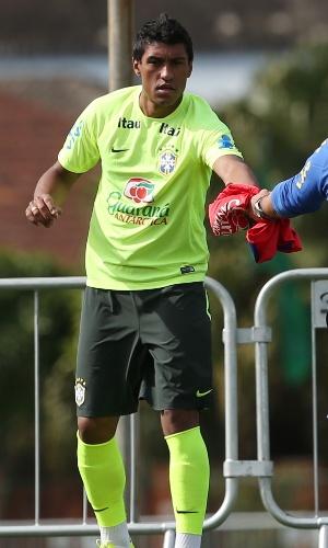26.jun.2014 - Paulinho recebe colete de reserva para o treino coletivo da seleção brasileira em Teresópolis. Fernandinho foi o titular