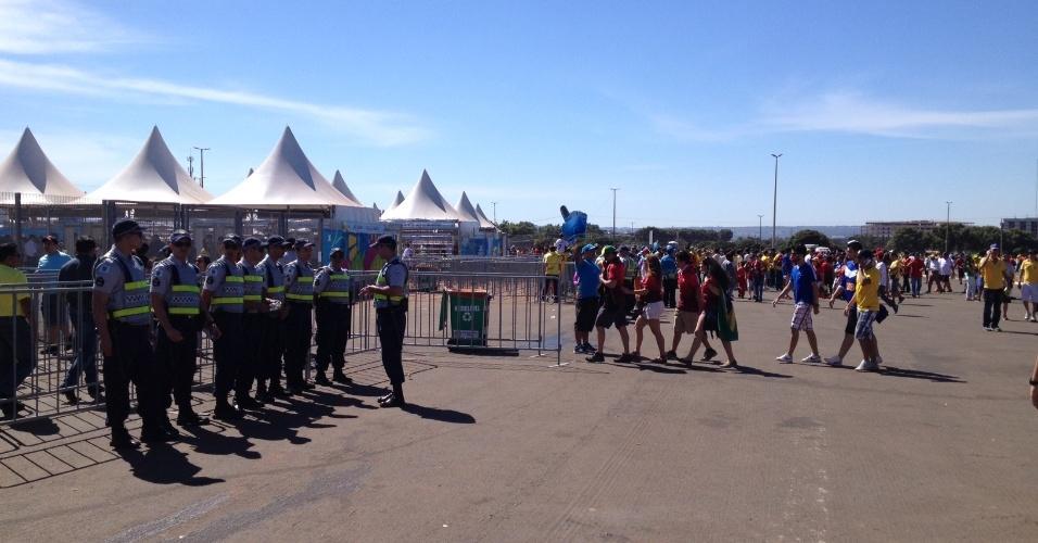 Torcedores começam a chegar no Mané Garrincha para o jogo entre Portugal e Gana (26.jun.2014)