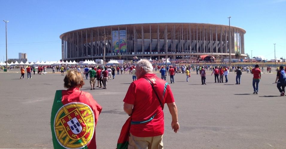 26.jun.2014 - Torcedores portugueses começam a chegar no Mané Garrincha para o jogo entre Portugal e Gana, pela última rodada do grupo G