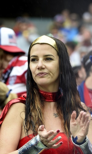 A Mulher-Maravilha enfrentou a chuva torrencial que cai em Recife para dar força aos Estados Unidos no confronto contra a Alemanha