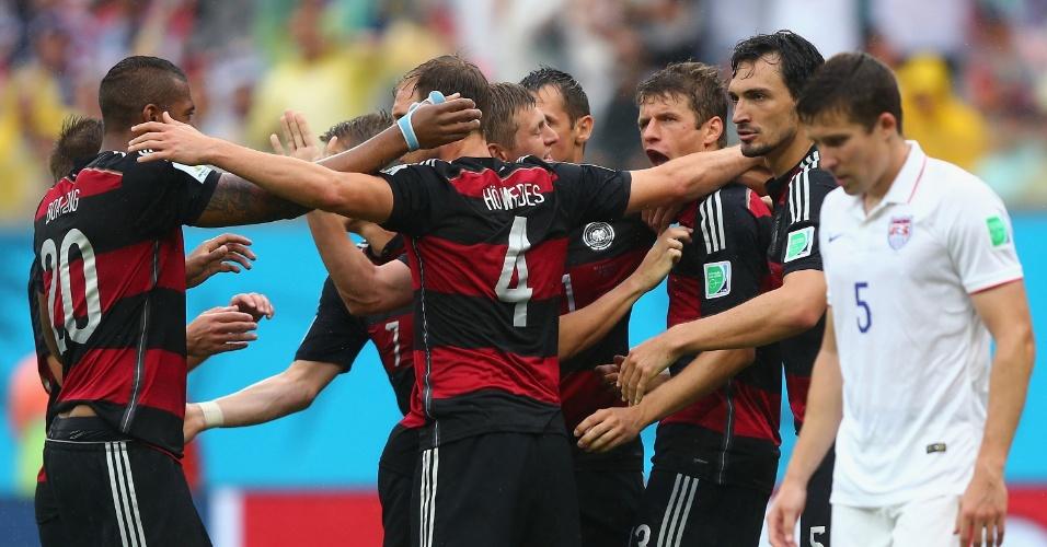 26.jun.2014 - Alemães comemoram o gol de Müller, que colocou a seleção na frente dos EUA na Arena Pernambuco