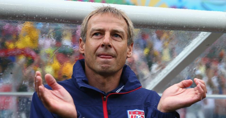 26.jun.2014 - Alemão Jürgen Klinsmann, técnico da seleção dos EUA, aguarda o início da partida na Arena Pernambuco