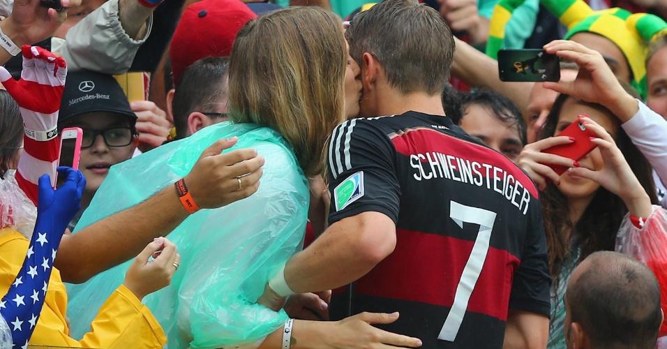 26.jun.2014 - Alemão Schweinsteiger comemora a vitória sobre os EUA na Arena Pernambuco com sua mulher, Sarah Brandner