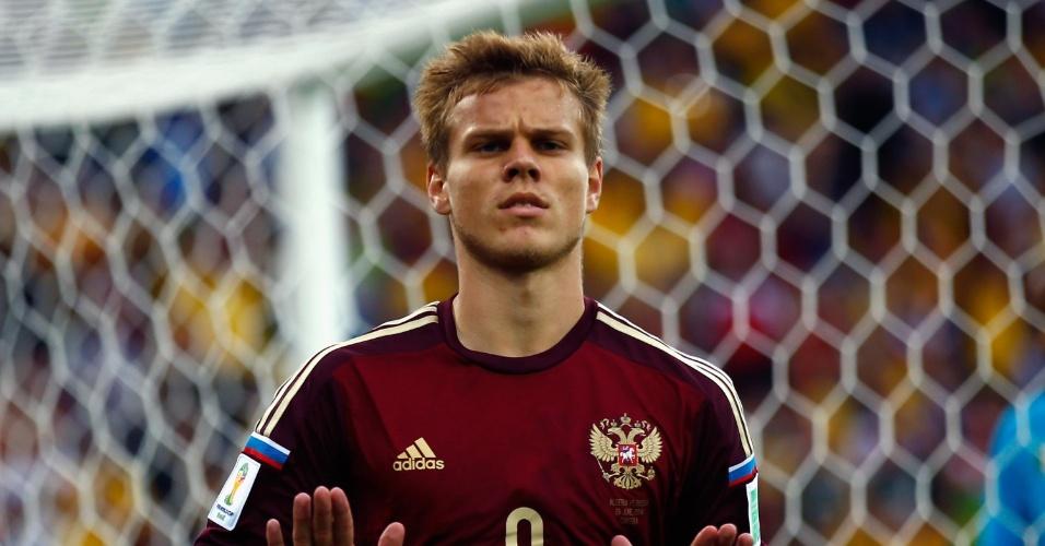 Alexander Kokorin marca para a Rússia contra a Argélia e faz gesto de