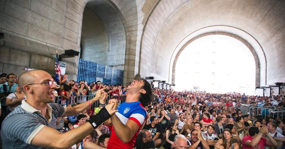 Americanos comemoram classificação para a segunda fase da Copa do Mundo sob a ponte de Manhattan, em Nova York