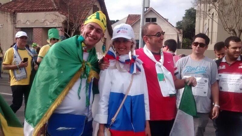 Argelinos aproveitam presença de bela torcedora russa para tirar fotos antes de jogo entre as duas seleções, em Curitiba