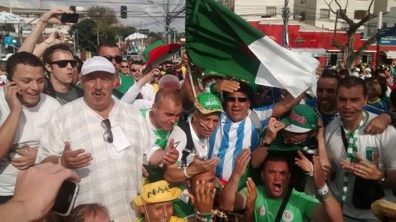 Argelinos são só alegria antes de jogo entre a seleção nacional e a Rússia, na Arena da Baixada