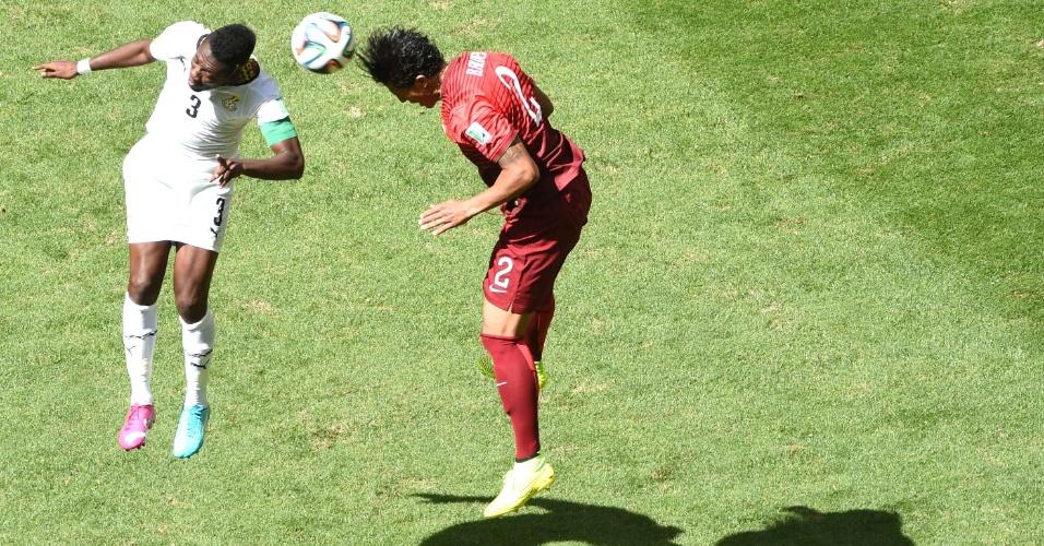 Asamoah Gyan, de Gana, e o português Bruno Alves disputam bola pelo alto no jogo desta quinta-feira
