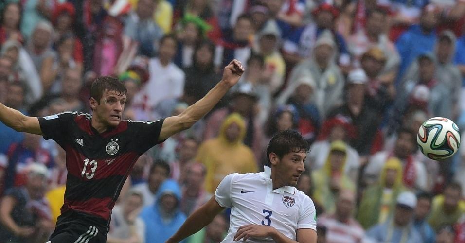 26.jun.2014 - Autor do gol da vitória da Alemanha, Müller observa a bola ao lado do americano Omar Gonzalez durante a partida na Arena Pernambuco