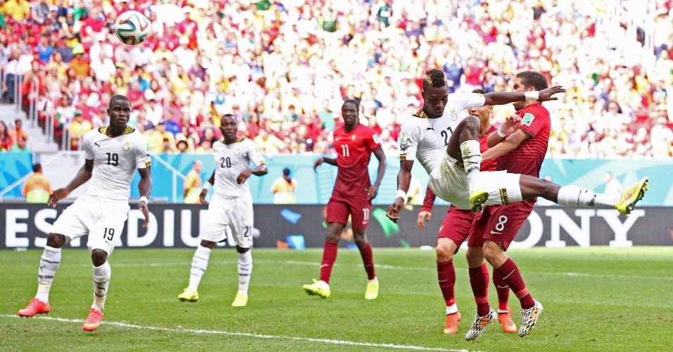 Boye tenta cortar um cruzamento, pego todo torto na bola e acaba marcando contra, abrindo 1 a 0 para Portugal