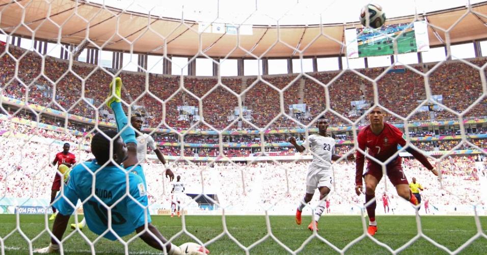 Cristiano Ronaldo chega perto de marcar, mas é barrado pelo goleiro ganense na partida em Brasília; apesar da vitória e de um gol, o melhor do mundo viu seu time ser eliminado da Copa