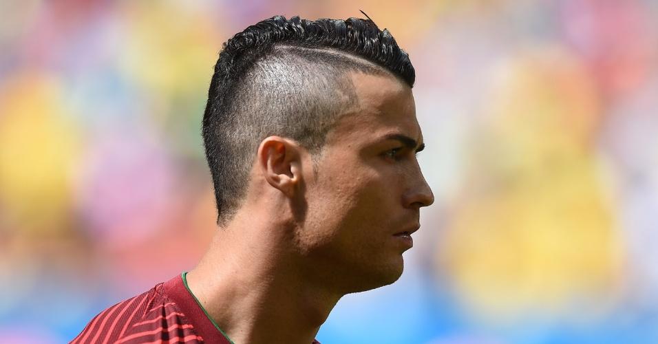 Cristiano Ronaldo leva a campo seu novo visual, com as laterais da cabeça raspada e um moicano