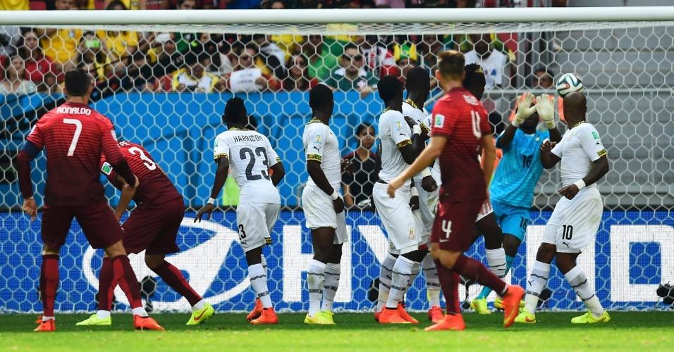 Cristiano Ronaldo tenta de falta, mas para no goleiro de Gana