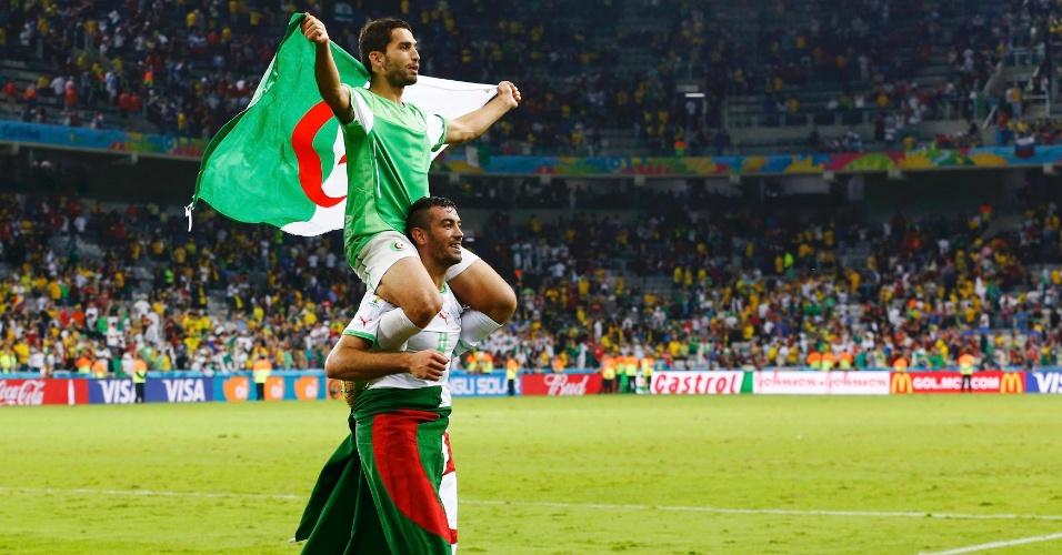 Essaid Belkalem carrega nas costas o companheiro Abdelmoumene Djabou após a classificação inédita da Argélia para as oitavas de final da Copa do Mundo