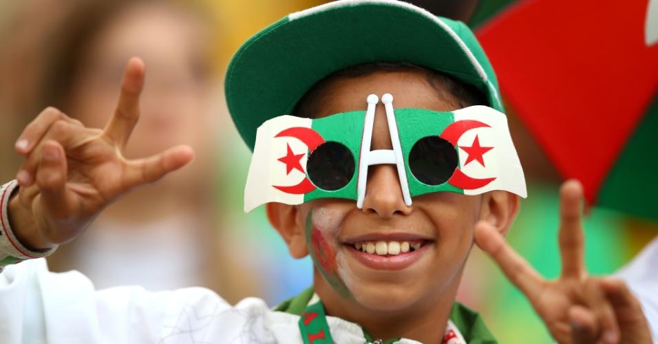 Garoto veste as cores da Argélia antes da partida contra a Rússia, na Arena da Baixada