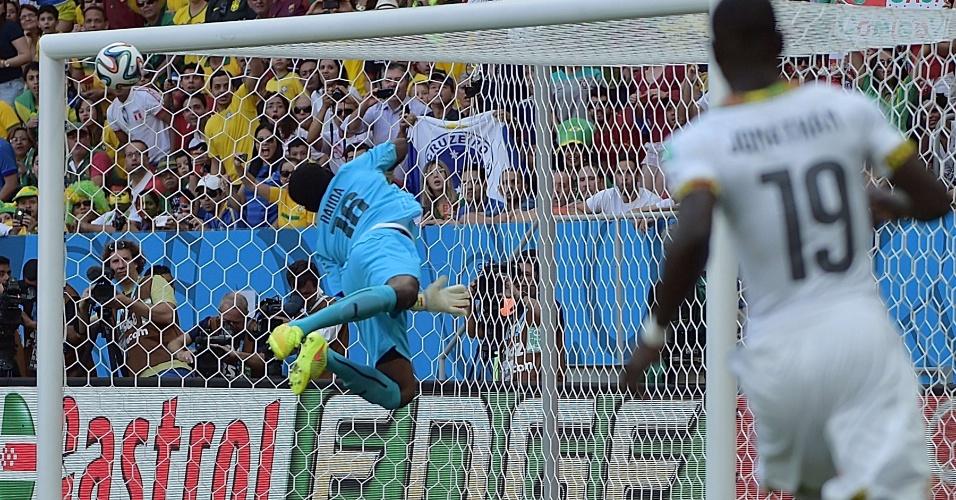 Goleiro de Gana Fatawu Dauda se estica e vê bola lançada na área por Cristiano Ronaldo ir direto para o gol e bater no travessão no primeiro tempo de jogo