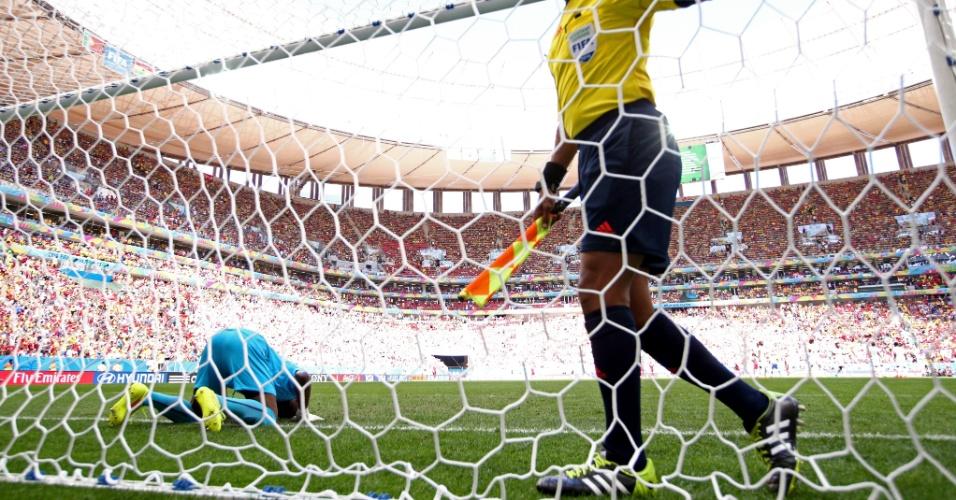 Goleiro faz sua reza antes do jogo de sua seleção, Gana, e Portugal