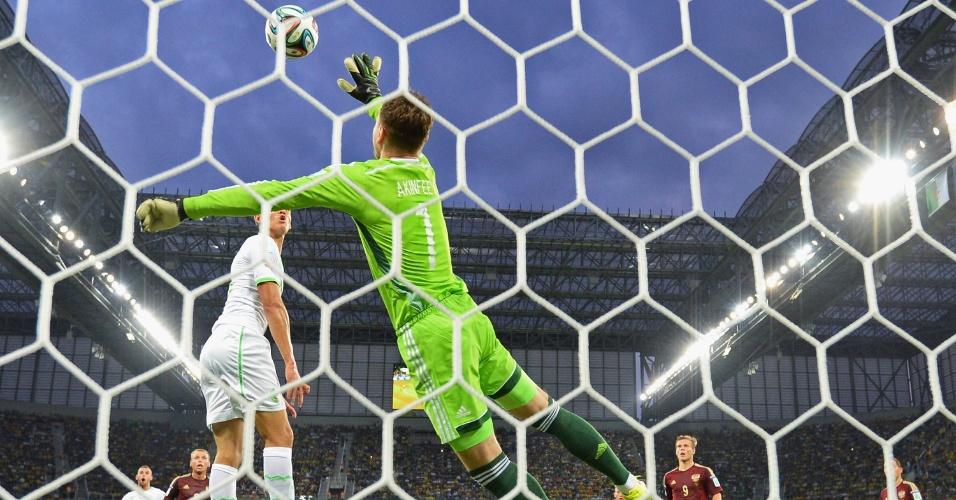 Goleiro Igor Akinfeev, da Rússia, faz defesa na partida contra a Argélia, na Arena da Baixada