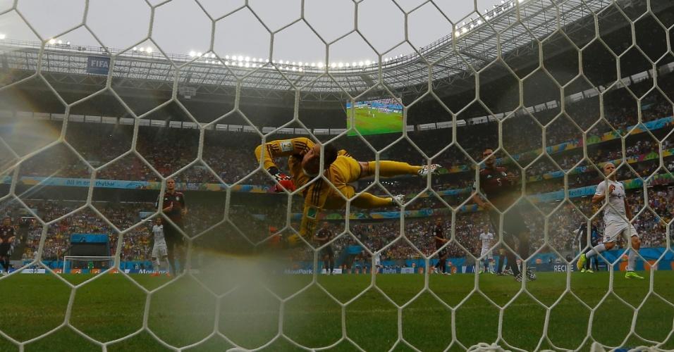 26.jun.2014 - Goleiro Manuel Neuer, da Alemanha, faz defesa na partida contra os EUA, na Arena Pernambuco