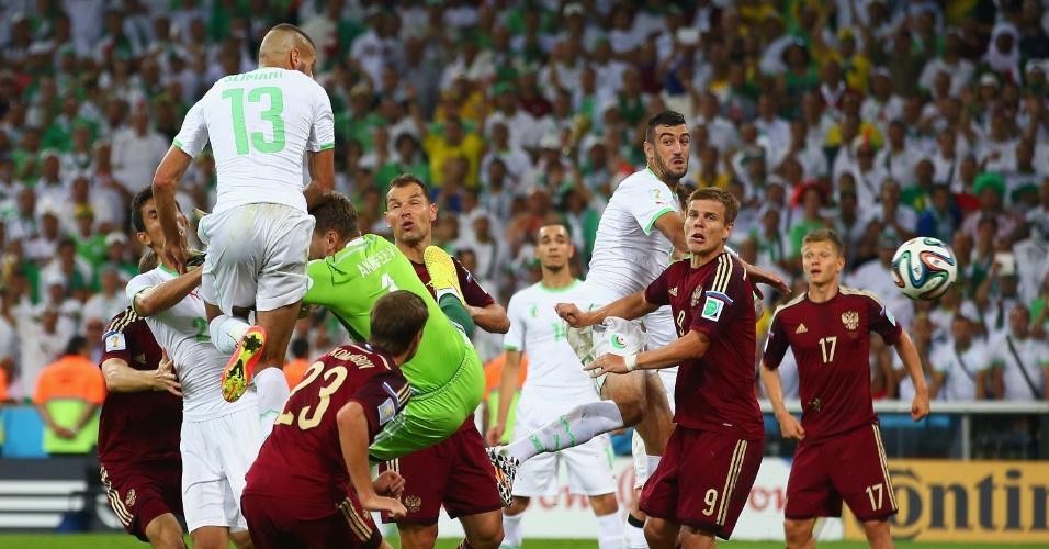 Islam Slimani,da Argélia, aproveita saída ruim do goleiro russo Akinfeev e empata o jogo na Arena da Baixada