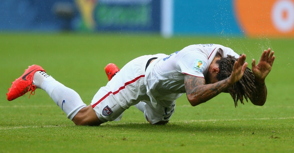 26.jun.2014 - Jermaine Jones, dos EUA, lamenta e levanta água do gramado da Arena Pernambuco, no jogo contra a Alemanha