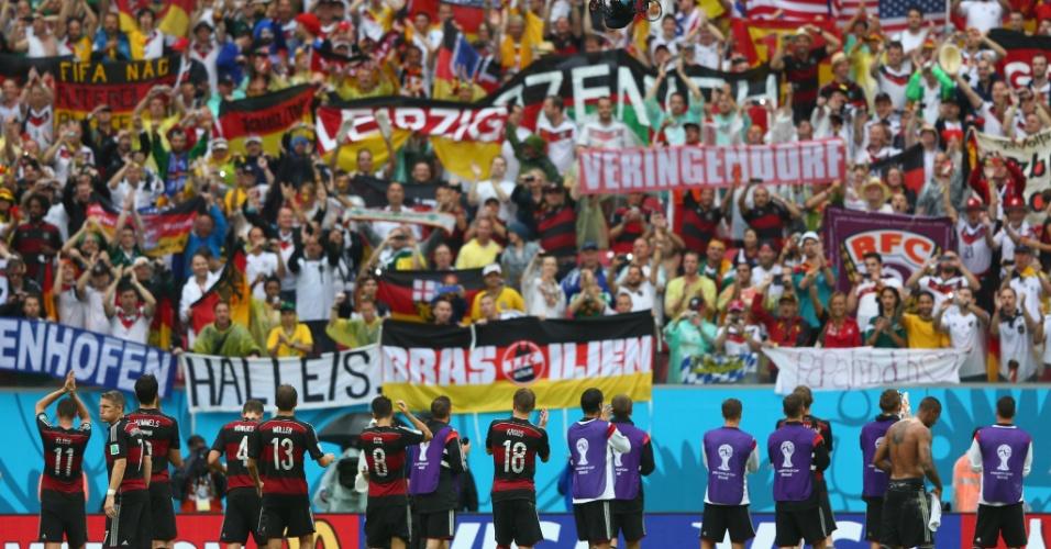 26.jun.2014 - Jogadores da Alemanha comemoram com a torcida a vitória por 1 a 0 sobre os EUA na Arena Pernambuco