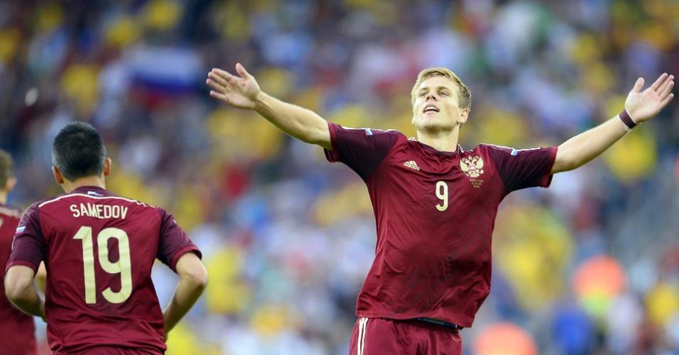 Kokorin, da Rússia, abre os braços e comemora após marcar contra a Argélia com seis minutos de jogo na Arena Baixada