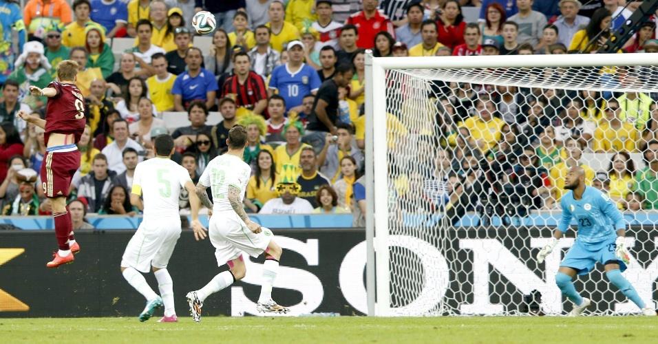 Kokorin, da Rússia, acerta belo cabeceio e coloca sua seleção na frente do placar contra a Argélia, na Arena da Baixada