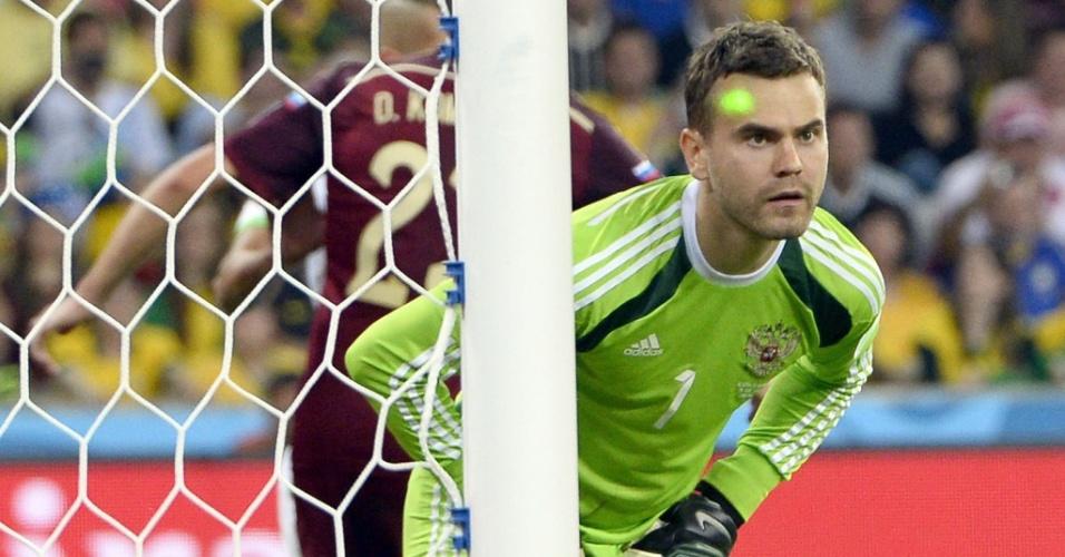 Laser é apontado no rosto do goleiro russo Igor Akinfeev, durante o empate por 1 a 1 com a Argélia na Arena da Baixada