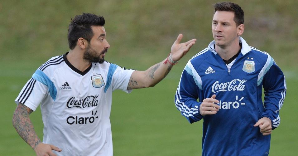 Lavezzi (esq.) e Messi conversam durante treino da Argentina no CT do Atlético-MG. Próximo compromisso é contra a Suíça, pelas oitavas de final, no Itaquerão
