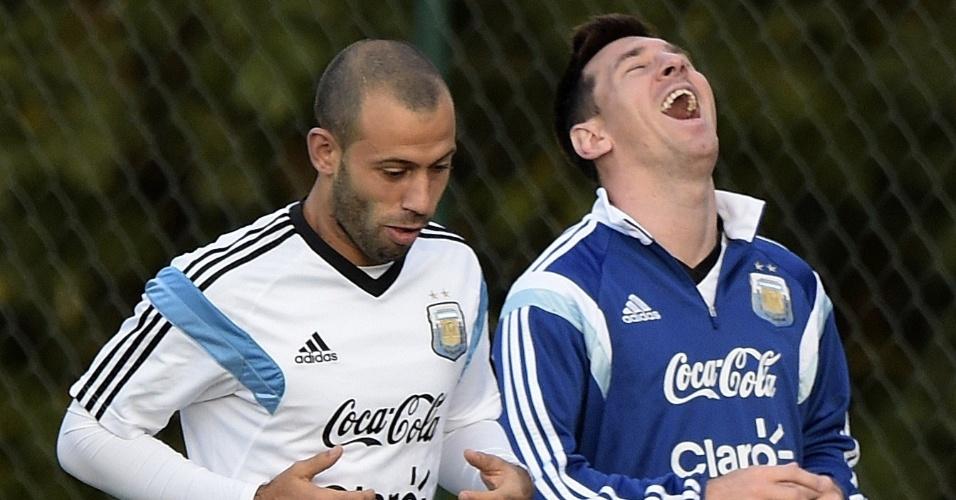 Lionel Messi (dir.) se diverte com Javier Mascherano durante treinamento da Argentina em Belo Horizonte