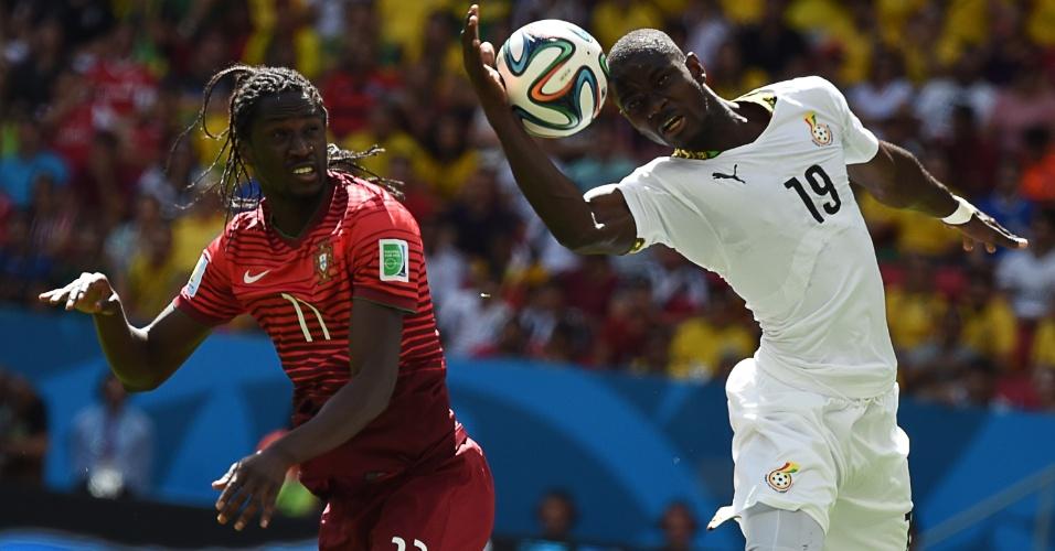 Mão? Jonathan Mensah, de Gana, tenta cabecear a bola durante o jogo contra Portugal