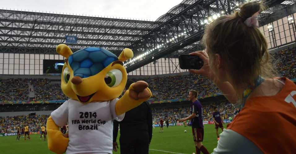 Mascote Fuleco faz graça para câmera durante o aquecimento do jogo entre Argélia e Rússia, na Arena da Baixada
