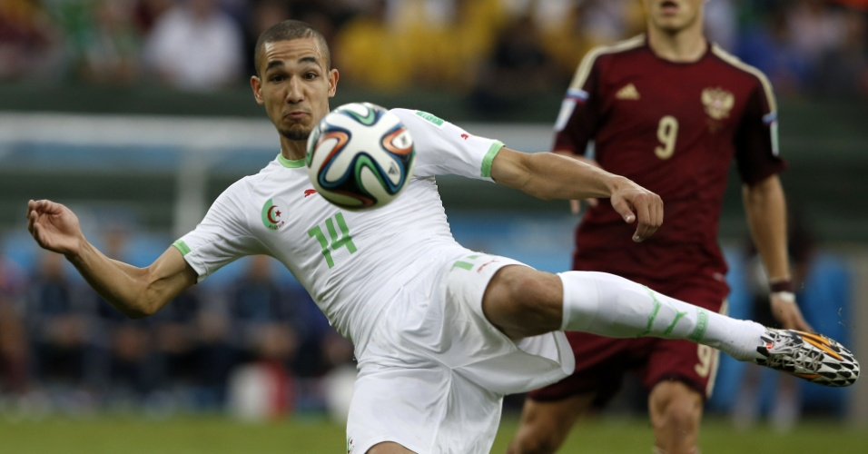 Nabil Bentaleb, da Argélia, ajeita o corpo para finalização na partida contra a Rússia, na Arena da Baixada