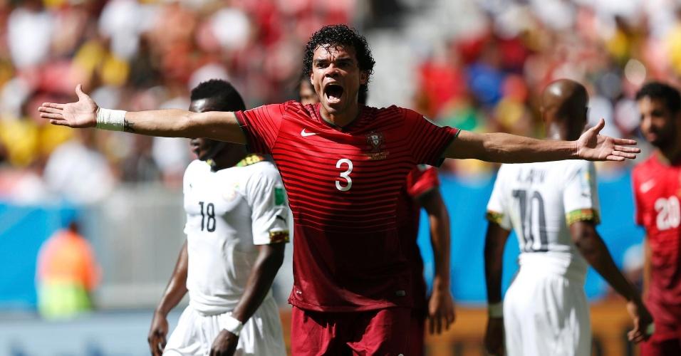 Pepe dá bronca no árbitro durante o confronto contra Gana em Brasília